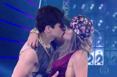 Filho de Shaolin e dançarina se beijam no fim de performance do 'Dança dos Famosos'