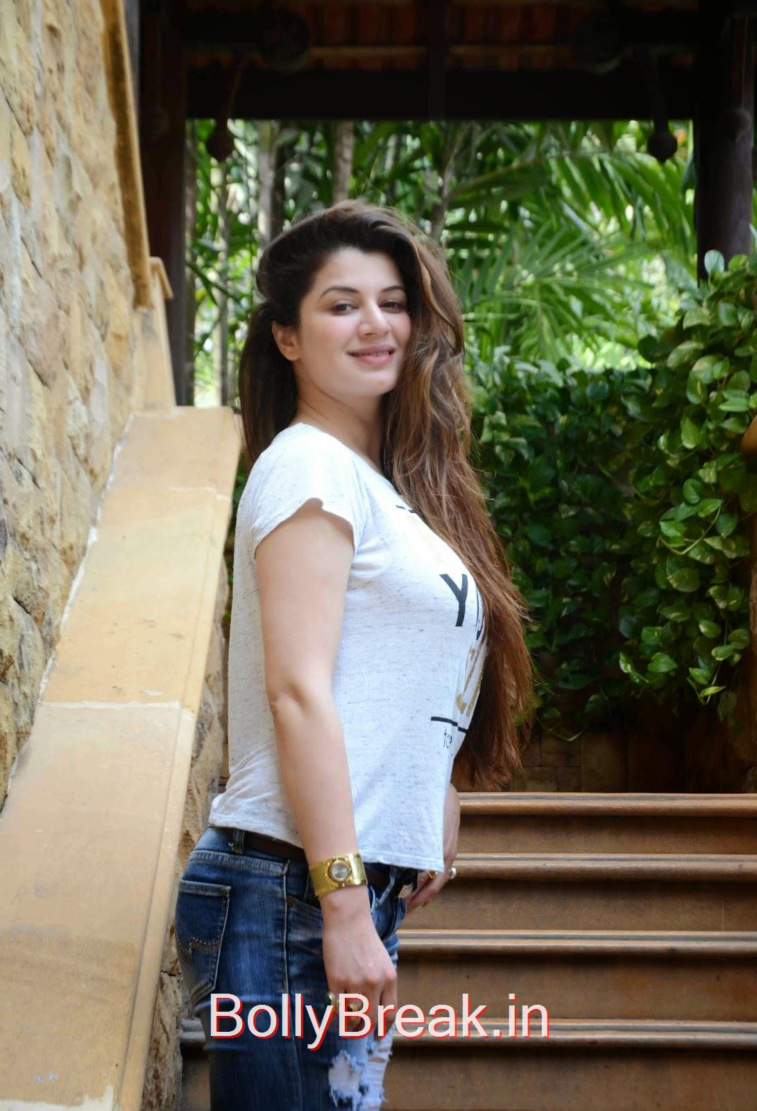 ,  Kainaat Arora Hot Pics from IIFA event in White Top, Blue Jeans