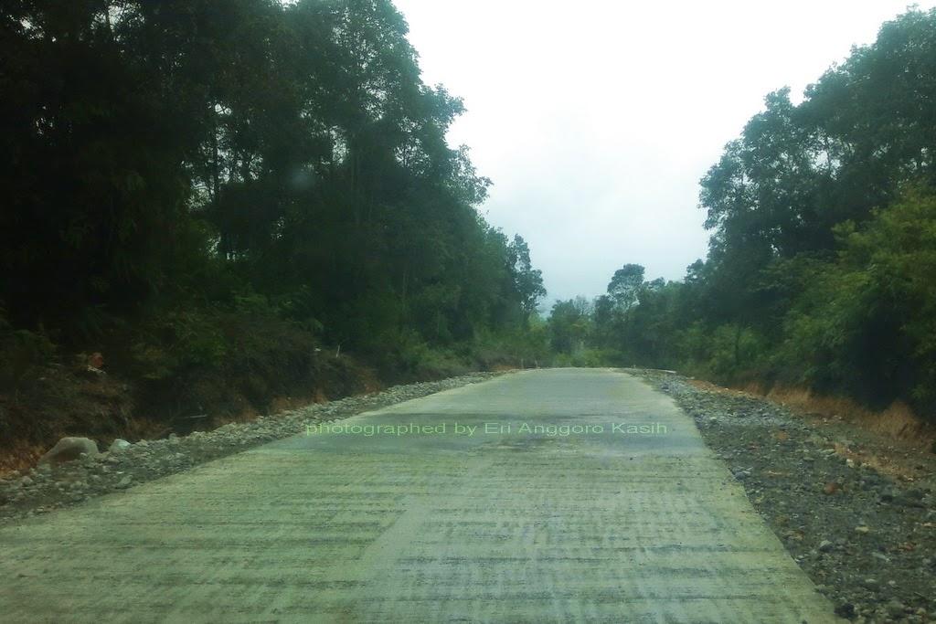 Jalan ke Gunung Papandayan sebagian jalan dibeton