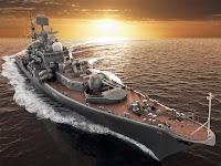 Denizde gün batımında manevra yapan bir destroyer savaş gemisi