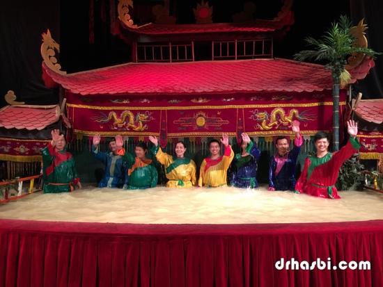 Barisan pemain patung Water Puppet Theatre di Ho Chi Minh