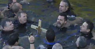 Οι βατραχάνθρωποι έπιασαν τον σταυρό και φώναξαν ΟΥΚ στον Πειραιά