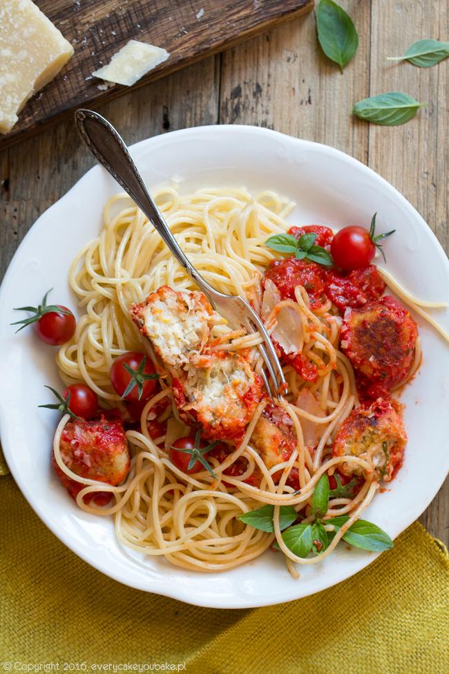pulpeciki z cukinii i ricotty w sosie pomidorowym z makaronem
