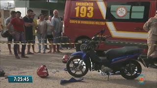 Mulher morre após moto ser atingida por caminhão carregado de postes na PB