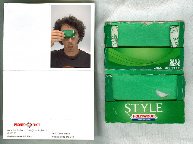 Scan of a photo token in a swiss pronto phot photobooth with a guy holding a Hollywood Chewing Gum package from 2011. The package is next to the scanned image and contains two gums.
