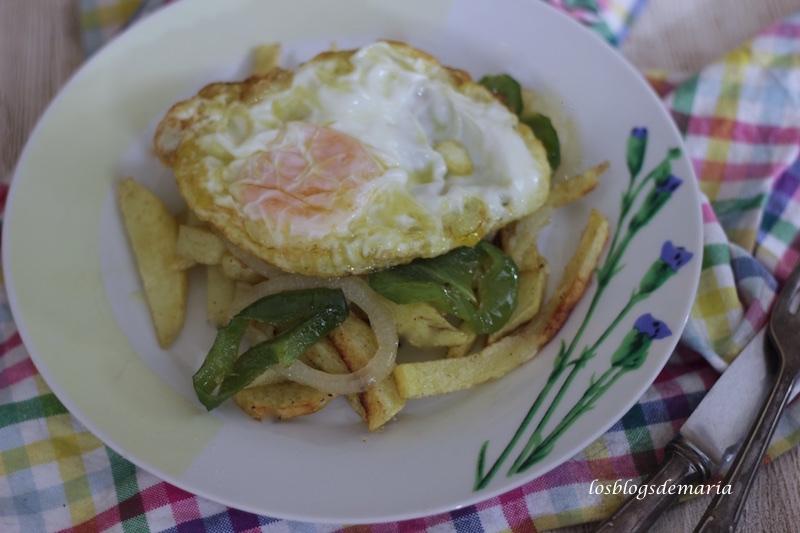 Patatas a lo pobre con huevo frito
