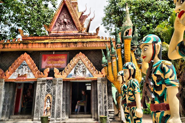 Pagode de Kampong Chamlong, le bâtiment principal et sa garde militaire. Photo Christophe Gargiulo