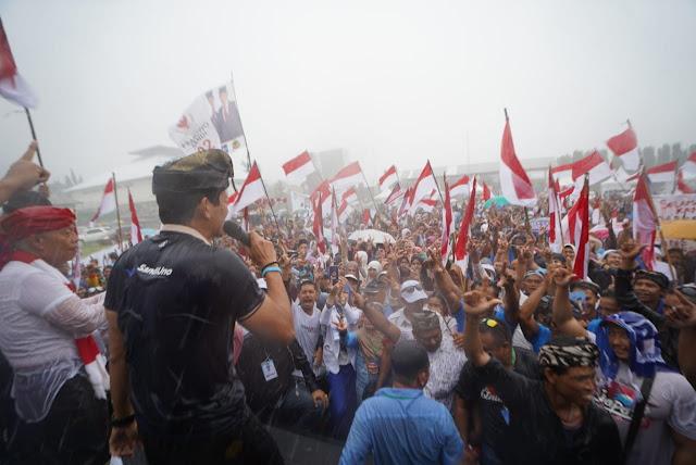 Di Bawah Hujan Lebat, Massa Prabowo-Sandi Kibarkan Bendera Merah Putih