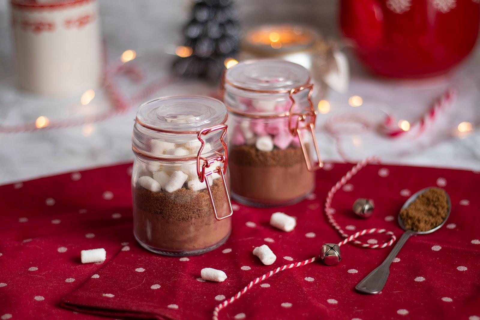 Préparation pour des chocolat chaud en petits pots pour un délicieux cadeau de Noël fait maison