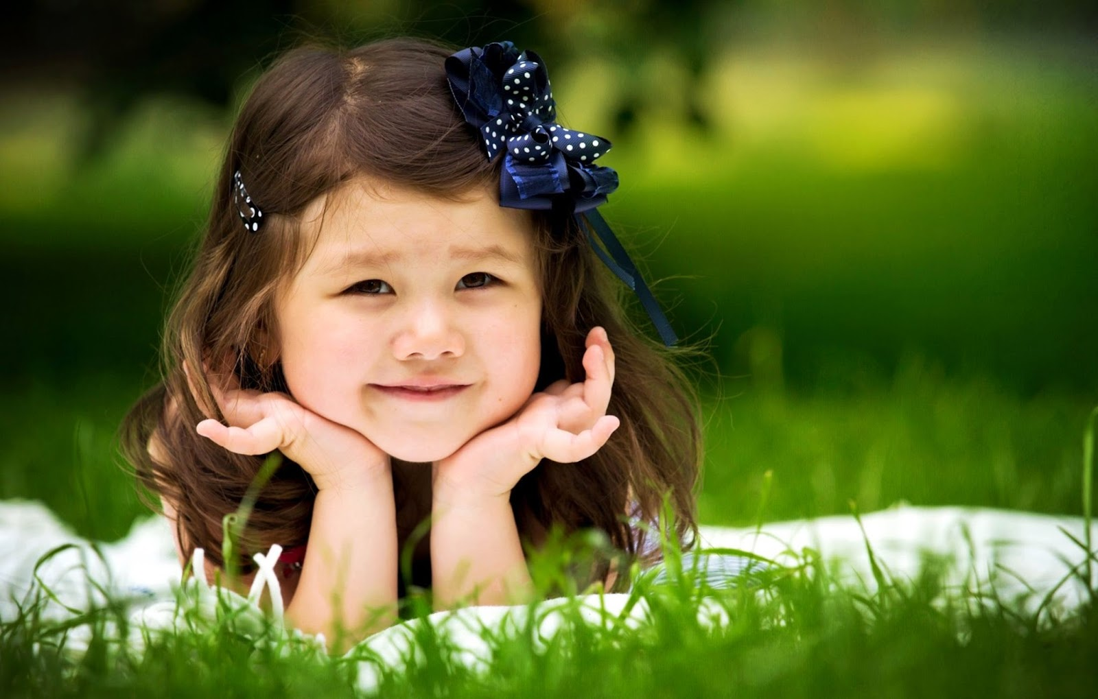 Gambar bayi perempuan cantik tersenyum gratis
