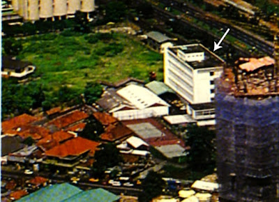 lahan yang kini menjadi hotel le meridien pada 1985, dengan rumah kecil dan gedung berwarna putih berlantai lima sebagai kantor mercu buana.