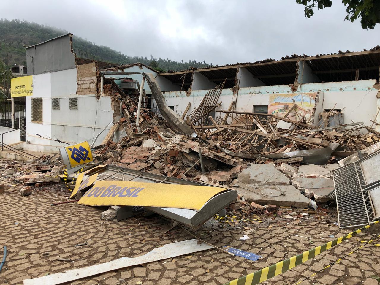 Resultado de imagem para Grupo armado com fuzis explode agência bancária de Meruoca