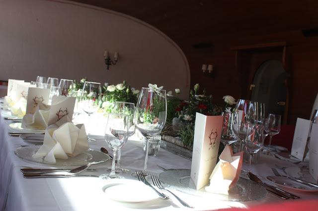Hochzeitstafel im Seehaus, heiraten, Trachtenhochzeit in den Bergen, Dunkelrot und Creme, Rosen, Dirndl, Maihochzeit, Riessersee Hotel Garmisch-Partenkirchen, Bayern, Mountain wedding in Bavaria