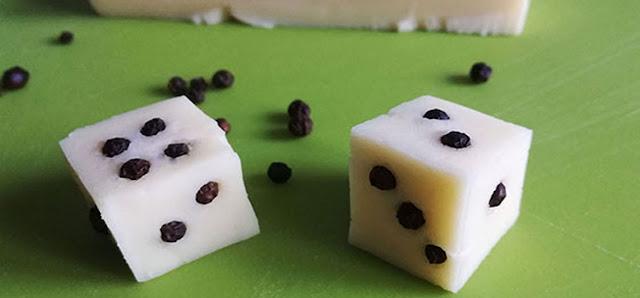 dadi decorativi di formaggio e pepe