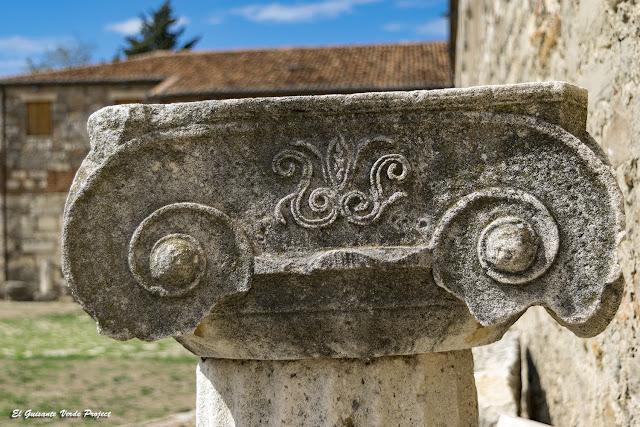 Capitel Jónico en Apolonia de Iliria - Albania por El Guisante Verde Project