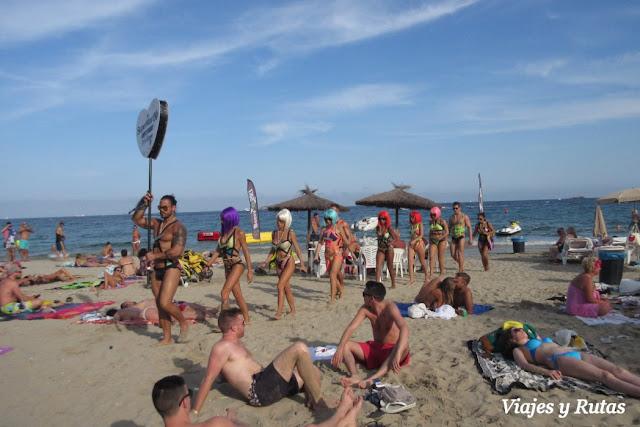 Repartiendo invitaciones en la playa En bossa