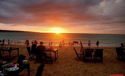 nuansa sunset di pantai jimbaran bali