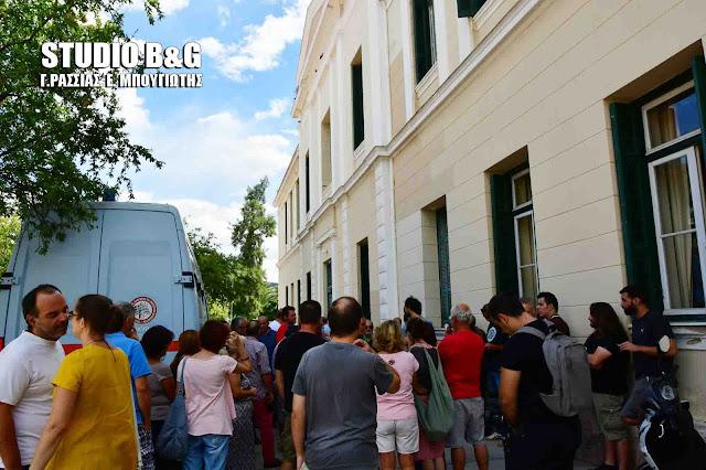Σε εξέλιξη διαμαρτυρία στα Δικαστήρια Ναυπλίου για τις προσαγωγές των 19 μελών της Κίνησης κατά των Πλειστηριασμών Αργολίδας