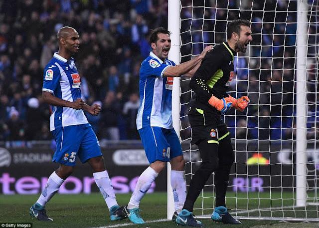 Messi lại gặp ác mộng phạt đền, Barca ôm hận đứt mạch 30 trận bất bại 3