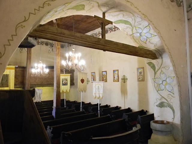 Na zdjęciu widać chór muzyczny i dawne ławki.