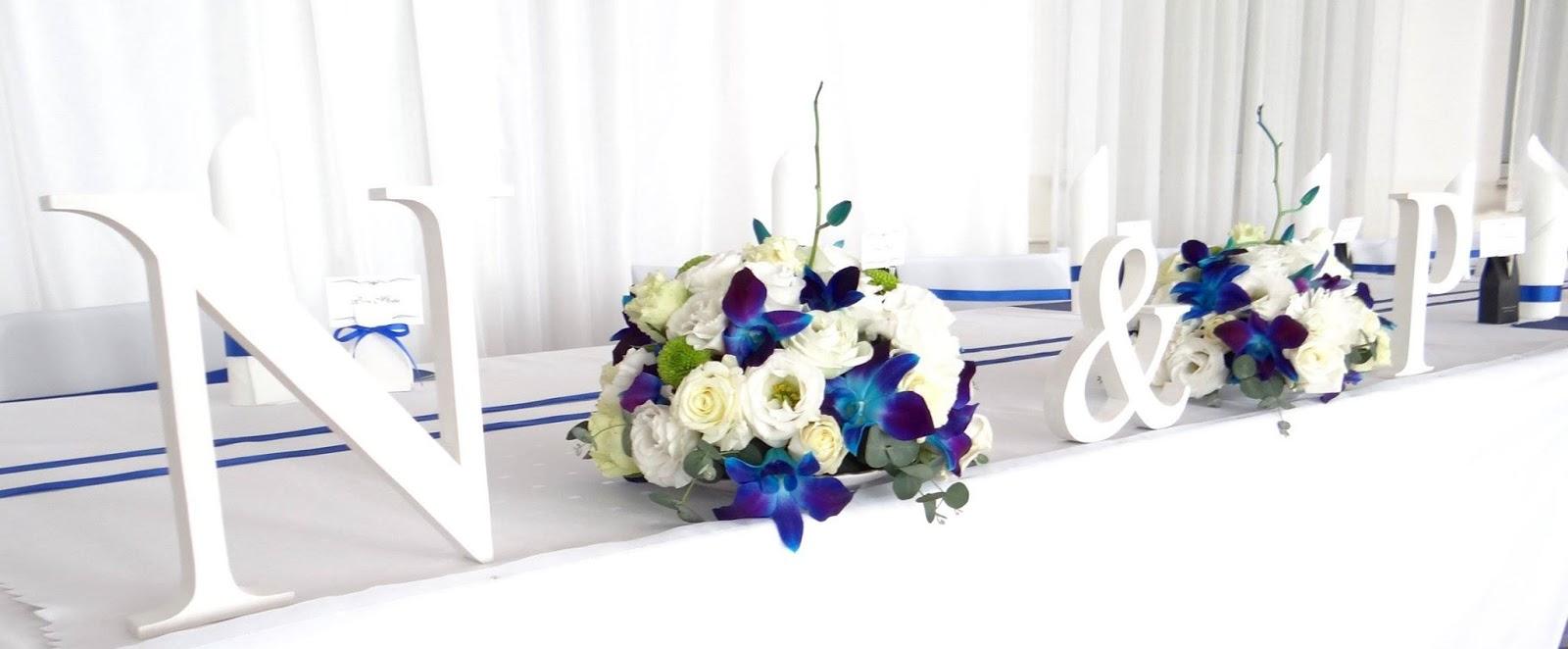 bb7a2ffa252933 Na stole znalazły się kwiaty w wazonach martini, które stały na lustrach.  Dodatkowymi elementami dekoracyjnymi były świece oraz pudełeczka dla gości.