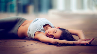 Linda chica fitness acostada en el suelo