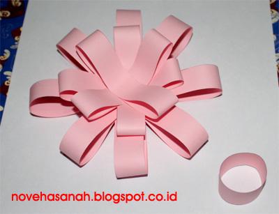 cara membuat bunga dari potongan kertas ini sangat mudah sehingga cocok untuk diajarkan pada anak-anak SD (sekolah dasar) 6