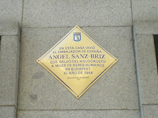 Placa en honor de Ángel Sanz Briz, en Madrid