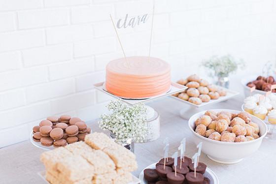 imagen_primer_cumpleaños_casa_blanco_mesa_dulces_guirnalda