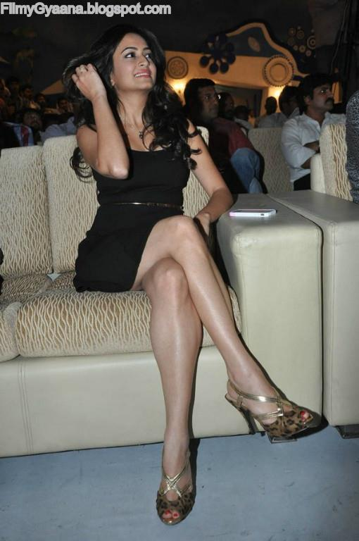 kriti kharbanda milky leg show photo