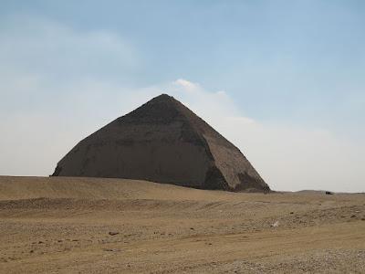 """La """"piramide piegata"""" a Dahshur implica che i metodi di costruzione della piramide erano in una fase di transizione durante la sua costruzione."""