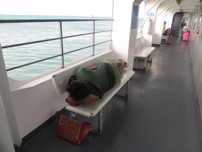 Мужчина спит на скамейки