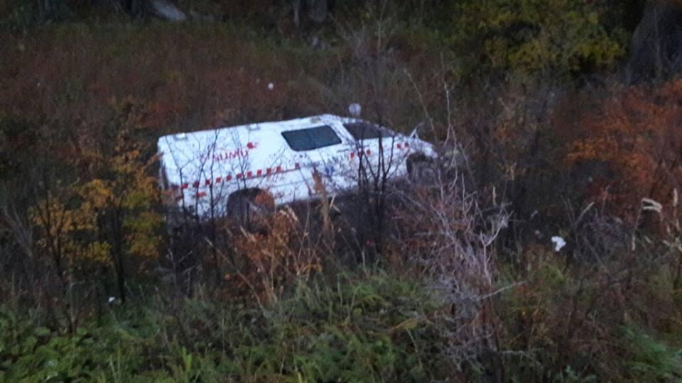 Ambulancia volcada en la ruta