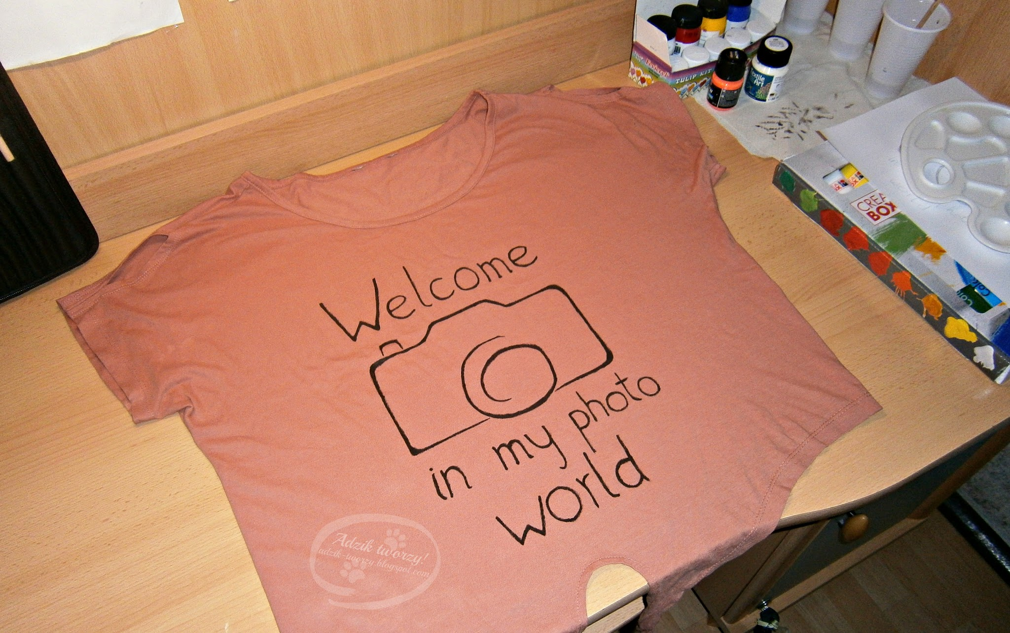Ręcznie malowana bluzka z aparatem fotograficznym