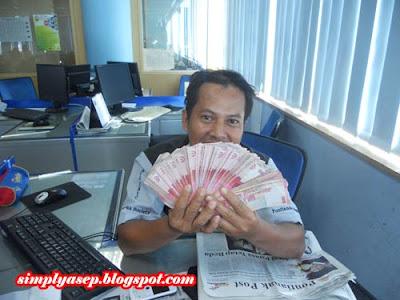 Saya sedang pegang duit orang. Hehhe.  Foto Kessusanto Liusvia