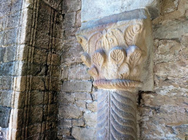 Detalle de un capitel y de las lineas verticales de adorno en Santa Maria del Naranco en Oviedo (Asturias-España)