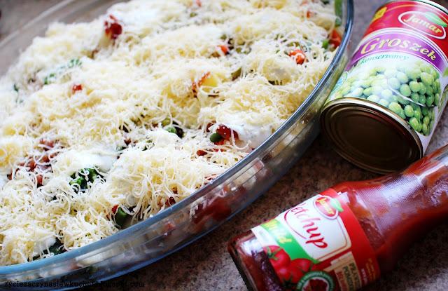 Zapiekanka makaronowa z kabanosami, ketchupem i zielonym groszkiem Jamar