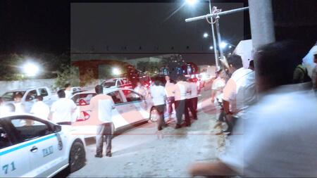 Detienen a ladrón serial de taxistas en Playa del Carmen, pero lo liberaron. Los chafiretes, enojados, le dieron un cerrón a la patrullas de la Policía Federal para reclamarles. Temen que se trate del colombiano que destruyó taxistas en Diciembre de 2018 en la colonia Colosio