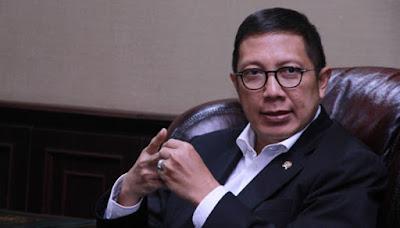 Biografi Lukman Hakim       Lukman Hakim Saifuddin (lahir di Jakarta, 25 November 1962; umur 51 tahun) adalah Menteri Agama Indonesia yang menjabat sejak 9 Juni 2014. Ia pernah menjadi anggota DPR RI periode 1999-2004, 2004-2009 dan 2009-2014 dari Partai Persatuan Pembangunan mewakili Jawa Tengah. Ia juga pernah menjabat Wakil Ketua MPR RI periode 2009-2014. Lukman Hakim merupakan tokoh NU dan menjabat sebagai Wakil Sekretaris Pimpinan Pusat Lembaga Kemaslahatan Keluarga NU (LKKNU) 1985-1988. Selanjutnya pada tahun 1988-1999 Lukman berkiprah di Lajnah Kajian dan Pengembangan Sumberdaya Manusia (Lakpesdam) NU sebagai Wakil Sekretaris, Kepala Bidang Administrasi Umum, Koordinator Program Kajian dan Penelitian, Koordinator Program Pendidikan dan Pelatihan, hingga menjadi Ketua Badan Pengurus periode 1996-1999.  Pada 9 Juni 2014, Lukman Hakim resmi dilantik oleh Presiden Susilo Bambang Yudhoyono sebagai Menteri Agama menggantikan Suryadharma Ali yang mengundurkan diri karena terlibat kasus dugaan korupsi dana haji di Kementerian Agama.[1] Lukman juga merupakan anak dari Menteri Agama ke-9, Saifuddin Zuhri.  Pendidikan      SD, SDN Jakarta dan MI Manaratul Ulum Jakarta,     SMP, SMP Negeri XI Jakarta,     Pesantren Pondok Modern Darussalam Gontor, Ponorogo, Jawa Timur, 1983     Sarjana (S1) Universitas Islam As-Syafiiyah, Jakarta, 1990  Karier      Menteri Agama Republik Indonesia (2014–sekarang)     Wakil Ketua MPR RI periode 2009–2014