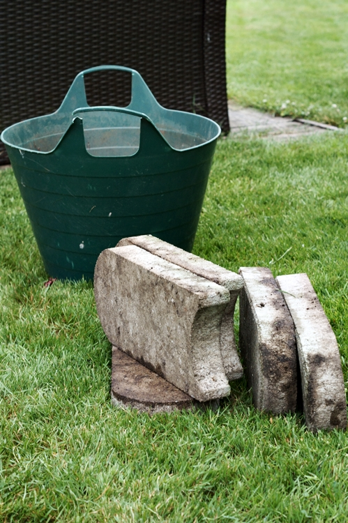 aufgehobene Rasenkantensteine und Flexeimer auf dem Rasen {it's me!}