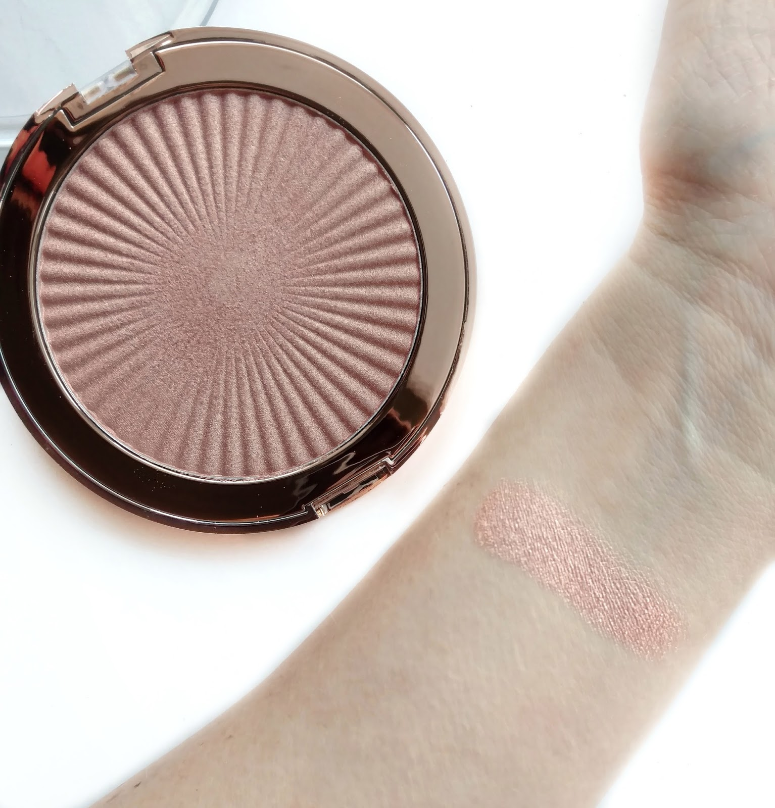 makeup revolution skin kiss highlighter swatches