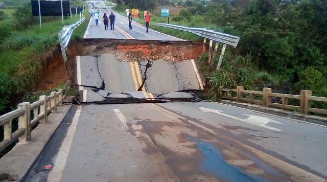 Chuva derruba ponte e deixa trânsito interditado na BR-265, em Nazareno (Foto: Reprodução / Redes Sociais)