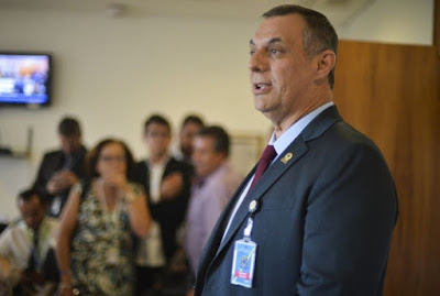 """O porta-voz do Bolsonaro, Otávio Rego Barros, é um achado. Educadíssimo, simpático, com aquele seu jeitão de """"tiozão"""" boa praça, além de uma capacidade ímpar de não saber informar nada toda especial. Faz pouco, respondendo às perguntas dos jornalistas após informar que Bolsonaro teve alta e deixou o hospital, nos informou com diversos """"não sei informar"""" ditos com tanta calma, segurança e simpatia que fiquei muito bem informado.. de nada, mas fiquei."""