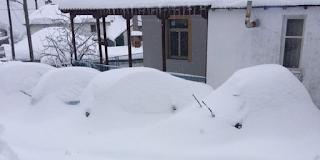 «Βυθίστηκε» στο χιόνι το Πήλιο -Εως 1,5 μέτρο, έψαχναν τα αυτοκίνητά τους