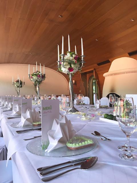 Hochzeitstafel mit Silberleuchtern im Kaminzimmer Seehaus, Maigrün, Pink, Frühlingshochzeit in den Bergen am See, Hochzeitshotel Riessersee Hotel Garmisch-Partenkirchen, heiraten in Bayern, Hochzeitsplanerin Uschi Glas