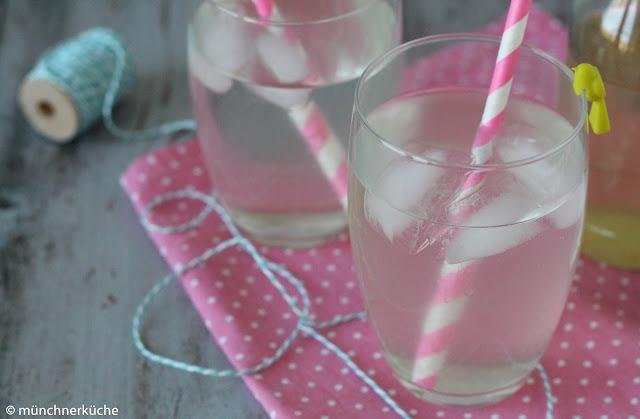 Holunderblütensirup schmeckt sehr erfrischend in sprudelndem Wasser.