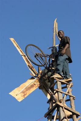 William Kamkwamba, trabajando en las condiciones más adversas 1