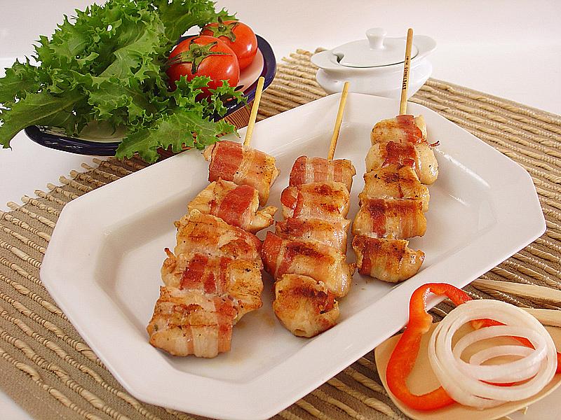 Espetinho de bacon e frango