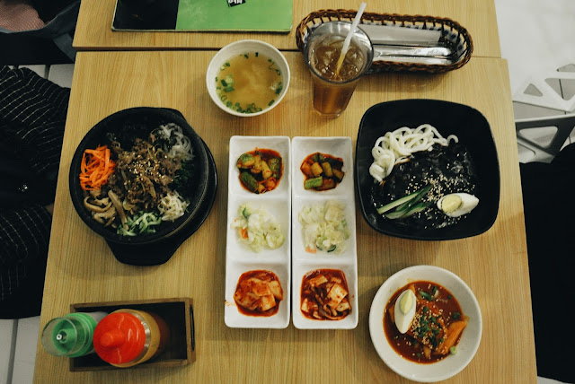 Bulgogi Dolsot Bibimbap dan Jjajangmyeon dan half Topokki