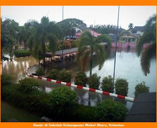 Gambar suasana banjir di Sekolah Kebangsaan Wakaf Bharu di negeri Kelantan di negara Malaysia. Garaj dan padang sekolah ditenggelami air.
